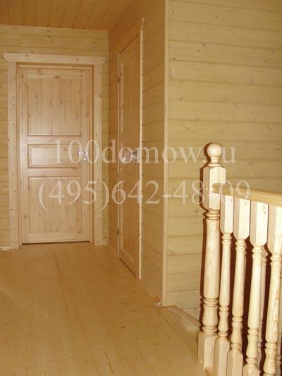 Двери в доме и лестница одного цвета